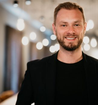Johann leitet die Trauredneragentur Strauß & Fliege