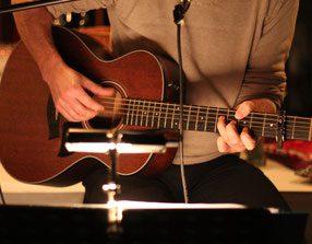 Findet bei Basti Mayr die beste Gitarrenbegleitung für Eure freie Trauung!
