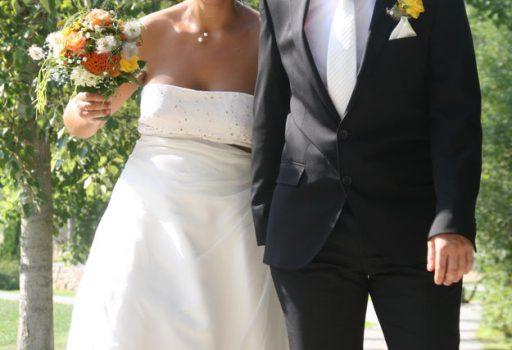 Strahlendes Brautpaar nach der freien Trauung in München