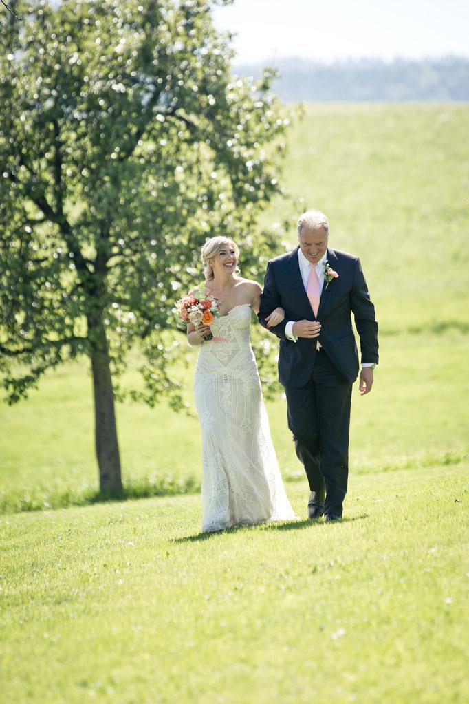 Hochzeit im Freien: Einzug der Braut mit Brautvater