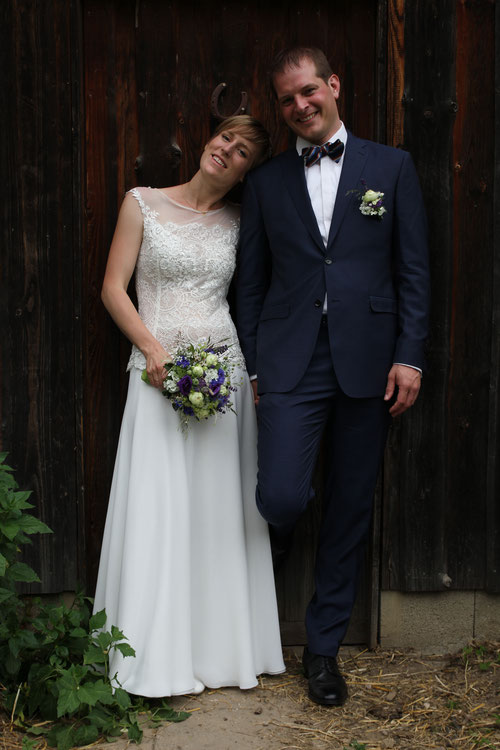 DIY Hochzeit und freie Trauung in einer Scheune mit Trauredner von Strauß & Fliege