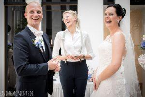 Hochzeitsrednerin Carolin Wett hält eine freie Trauung