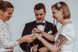 Ringwechsel des Brautpaares bei der freien Trauung