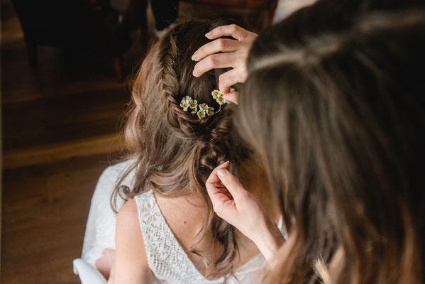 Wunderschöne Brautfriseur mit Blumen