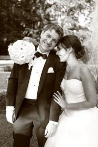 Verliebtes Brautpaar nach der Hochzeitsfeier