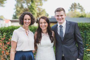 Brautpaar mit Traurednerin von Strauß & Fliege