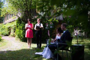 Freunde tragen dem Brautpaar während der Zeremonie wünschen vor