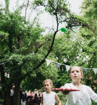 spielende Kinder auf einer Hochzeit, Freie Trauung unter Bäumen