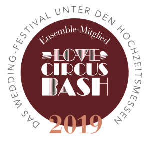 Hochzeitsmesse in Berlin, Love Circus Bash Badge Premium, Love Circus Bash Strauß & Fliege