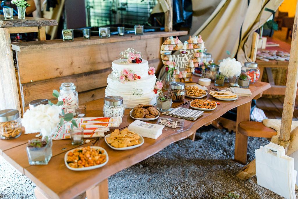 Kuchen und Dessertbuffet mit Hochzeitstorte und Candy Bar