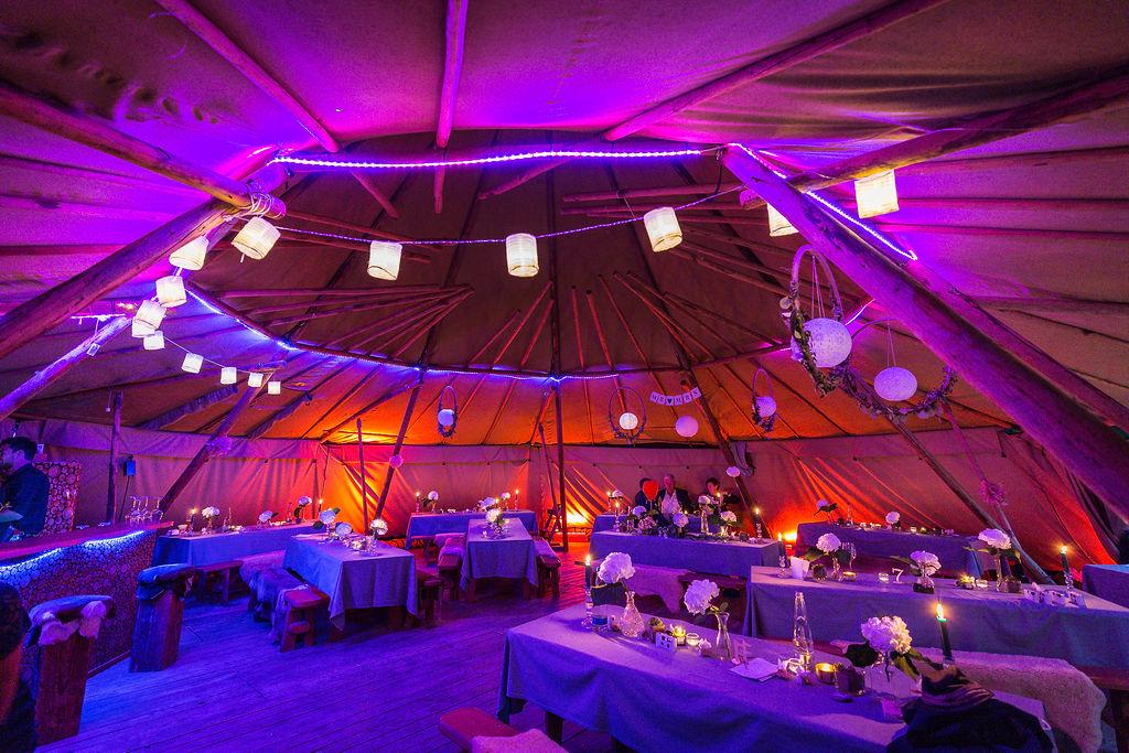 Hochzeit planen leicht gemacht: Einzigartige Stimmung bei der Zelthochzeit mit Strauß & Fliege