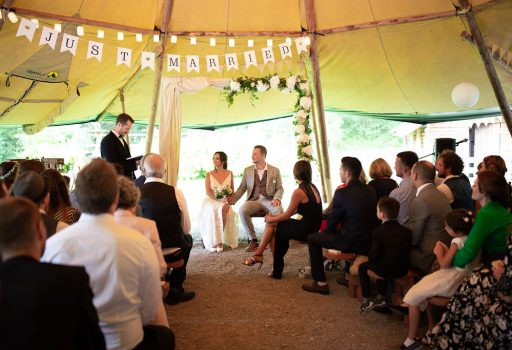 Trauredner Simon Zimmermann von Strauß & Fliege gestaltet einzigartige und emotionale Hochzeiten