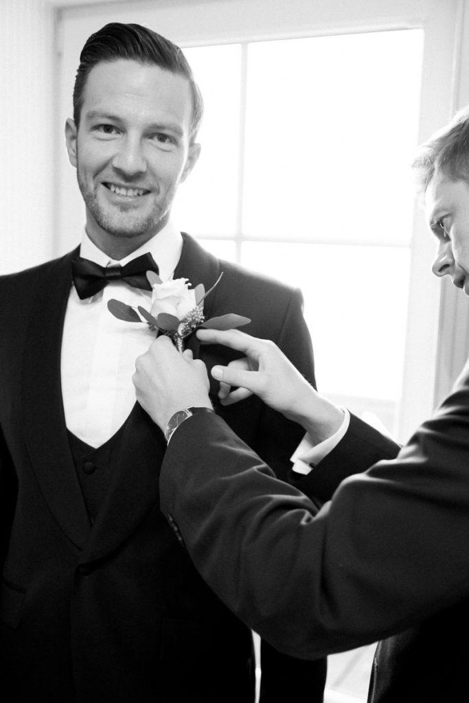Bräutigam bereitet sich vor auf die Trauzeremonie