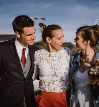 Ein Brautpaar mit Traurednerin Katharina von Strauß & Fliege