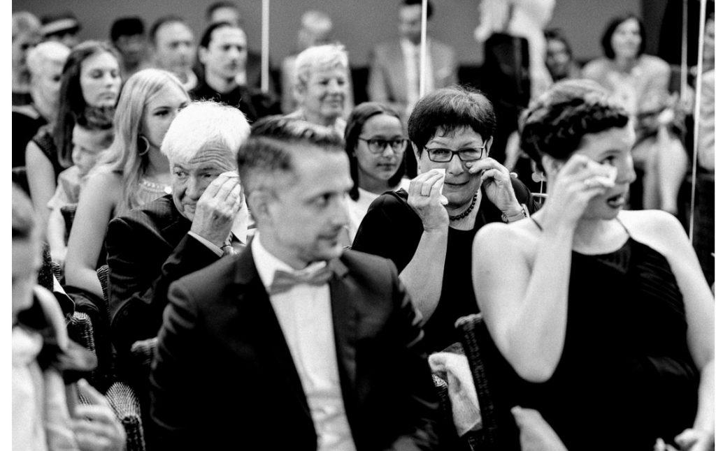 Zu Tränen gerührte Gäste bei einer freie Trauung von Strauß & Fliege