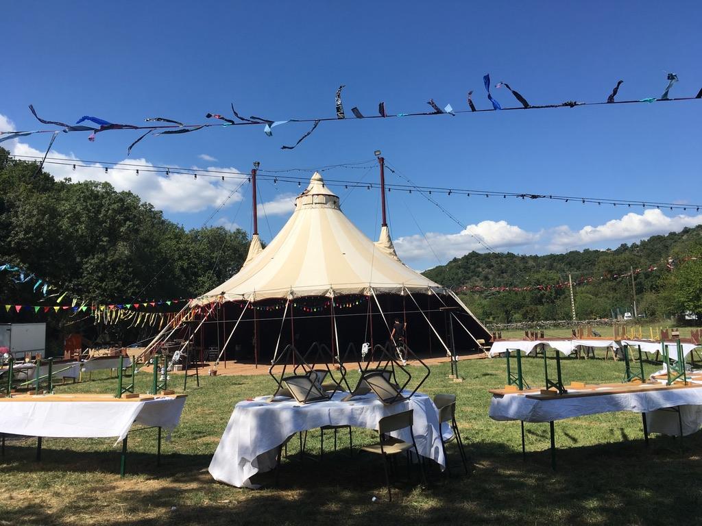 Freie Trauung in einem freistehenden Zirkuszelt