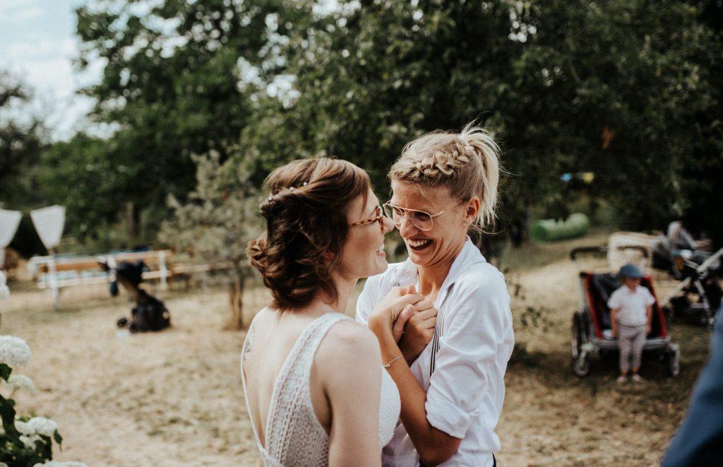 Eine glückliche Braut umarmt Traurednerin Carolin Wett nach der Zeremonie