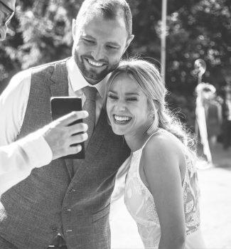 Glückliches Brautpaar nach der freien Trauung mit Morten Edzards