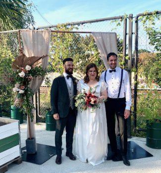 Brautpaar mit Trauredner Tobias Wollschläger nach der Trauzeremonie