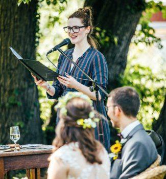 Traurednerin Juliane begeistert das Brautpaar mit ihrer Rede