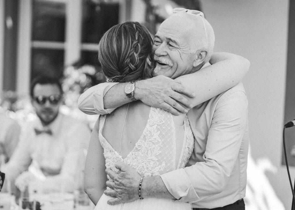 Braut umarmt gerührten Brautvater