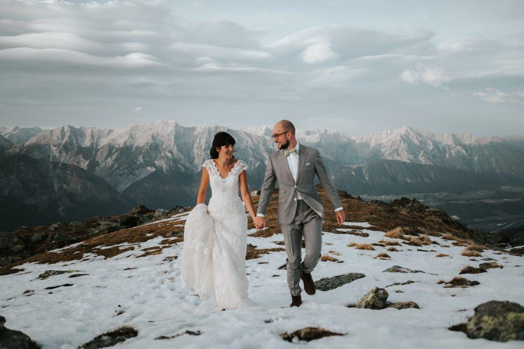 Elopement Brautpaar auf Bergspitze im Schnee