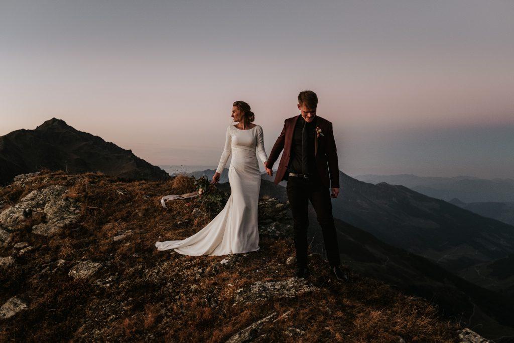 Brautpaar auf einer Bergspitze in den Alpen