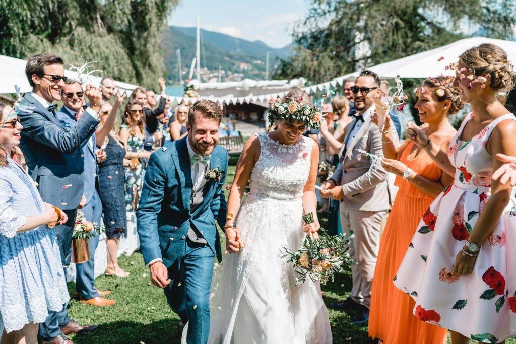 Brautpaar beim Auszug nach der freien Trauzeremonie