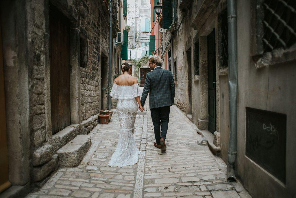 Brautpaar flaniert durch malerischen Gassen