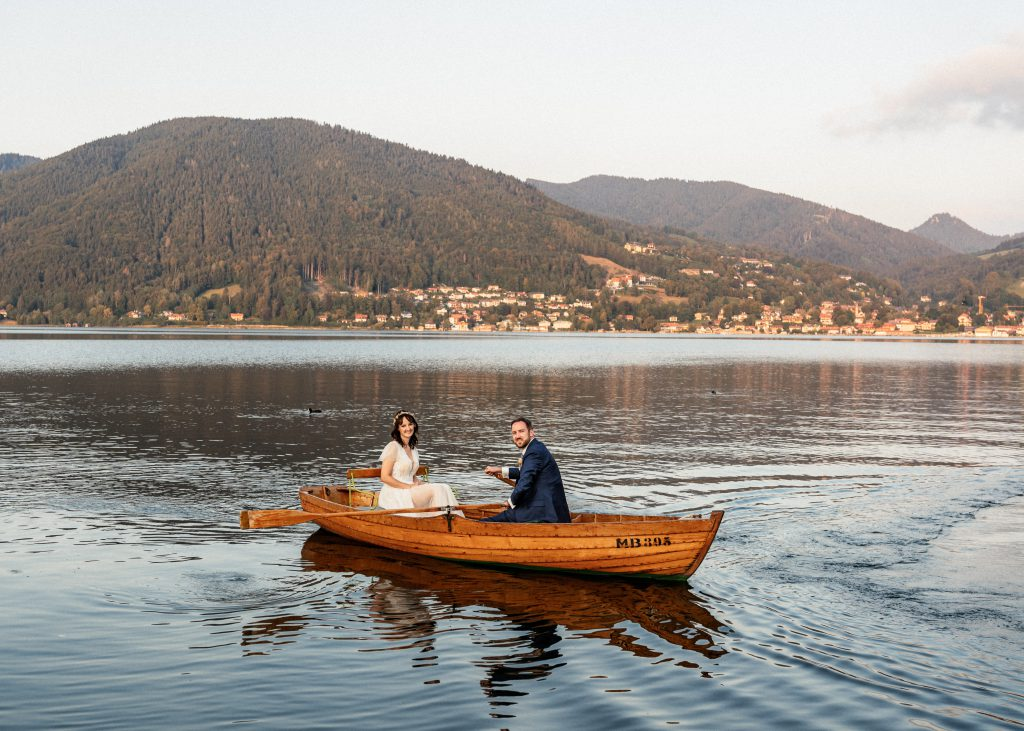 Brautpaar im Ruderboot auf einem See