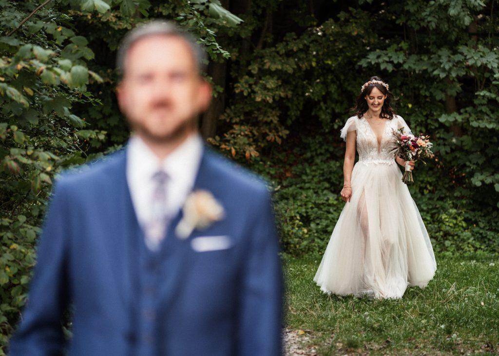 Braut und Bräutigam sehen sich zum ersten Mal vor der Hochzeit