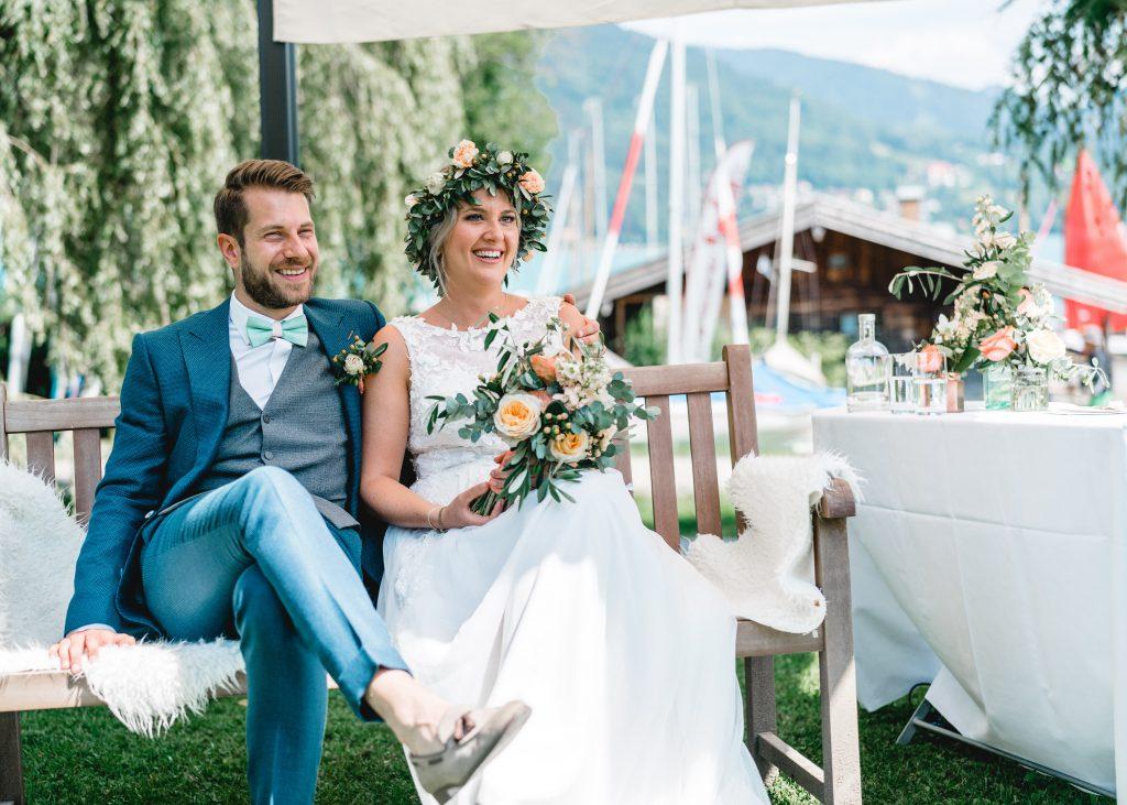 Fröhliches Brautpaar während der freien Trauzeremonie