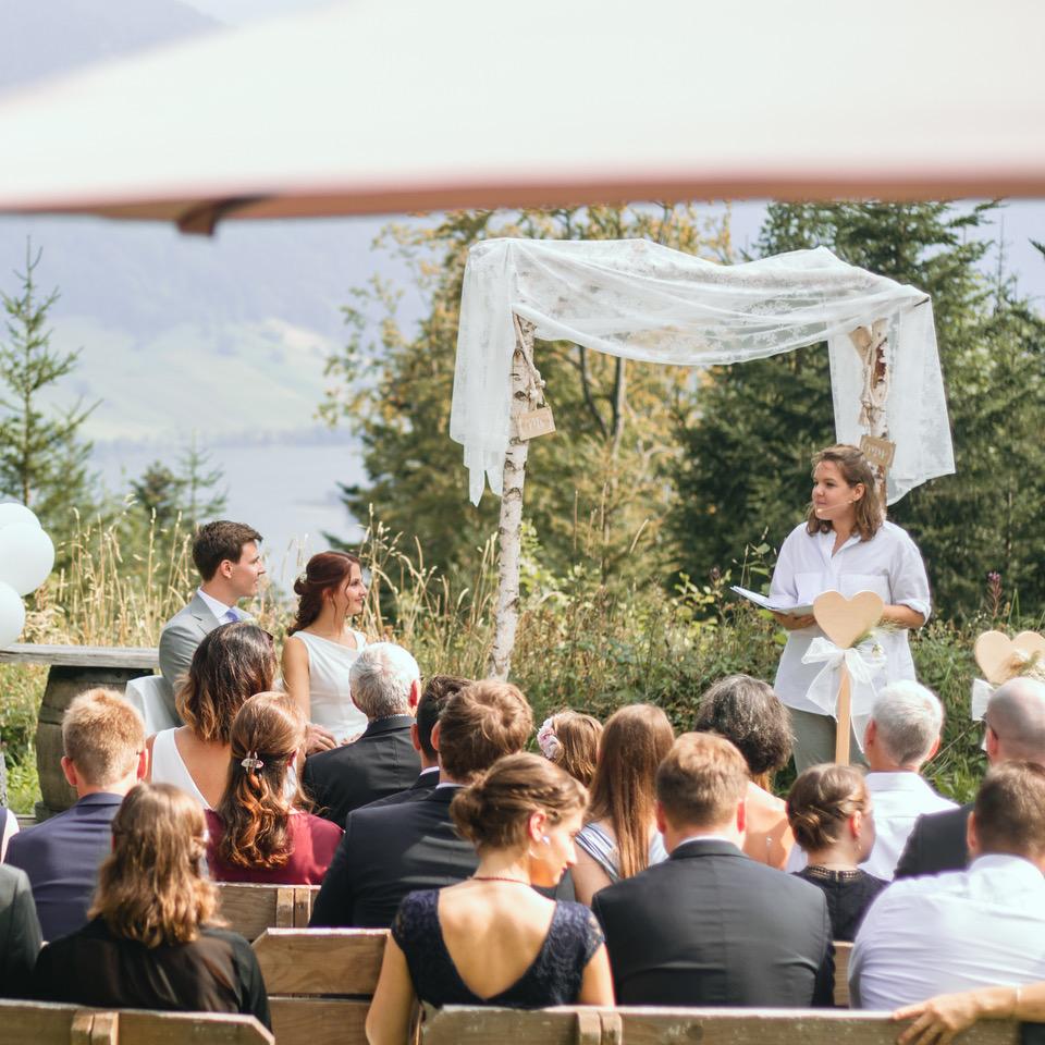 Freie Trauzeremonie am See mit Strauß & Fliege Hochzeitsrednern