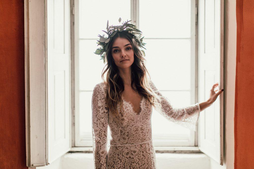 Braut mit Kopfschmuck aus Blumen
