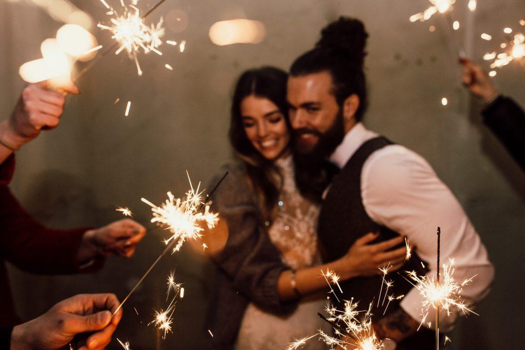 Brautpaar inmitten von Sternwerfern