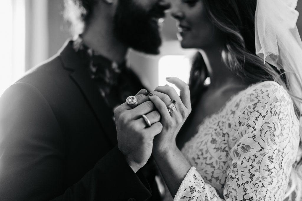 Großaufnahme Eheringe eines Brautpaares