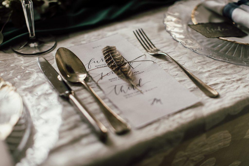 Tischdekoration mit Feder für eine Hochzeitsfeier