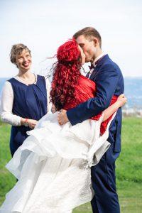 Brautpaar küsst sich zum Abschluss der Trauzeremonie