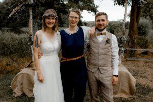Glückliches Brautpaar mit Traurednerin Cathrein Unger