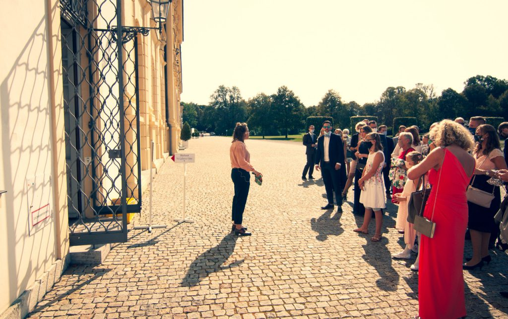 Traurednerin Martha Münder von Strauß & Fliege begrüßt die Gäste der freien Trauung