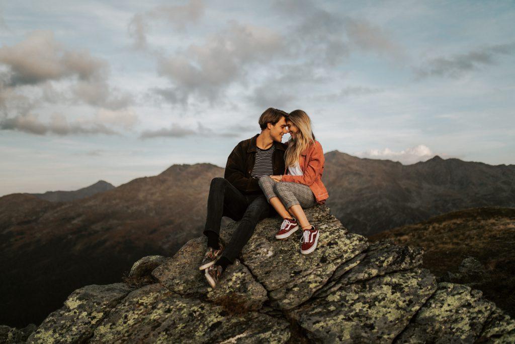 Ein Pärchen bei seinem Heiratsantrag auf einer Bergspitze