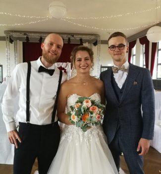 Trauredner Philemon Ender von Strauß & Fliege mit seinem Brautpaar