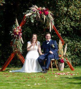 Ein glückliches Brautpaar bei der Zeremonie von Strauß & Fliege Rednerin Maren Weyel