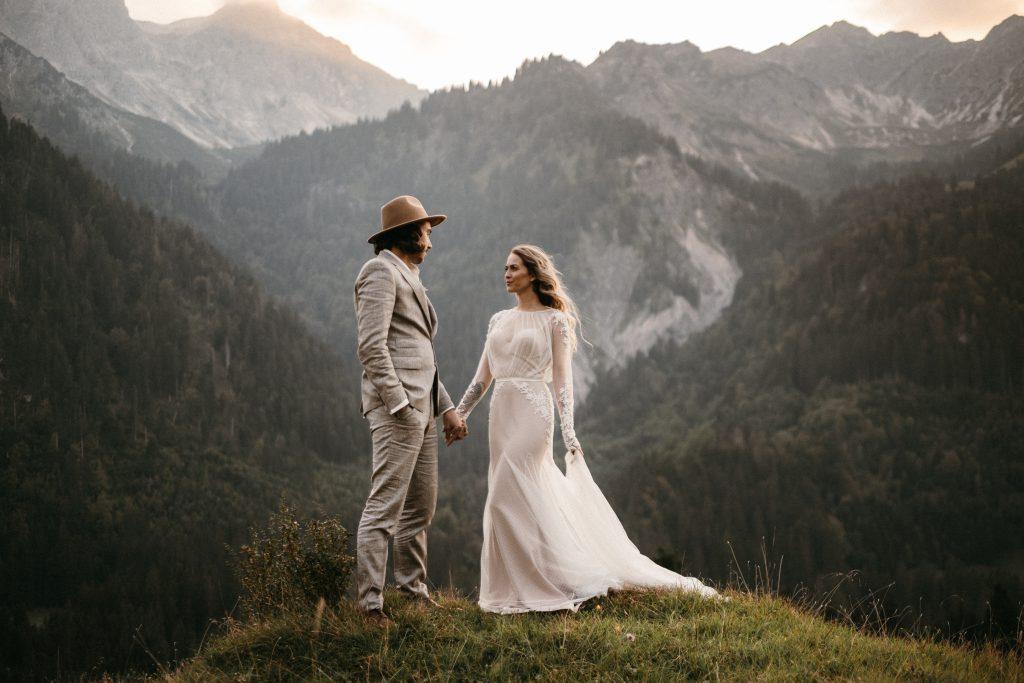 Wunderschönes Boho Brautpaar in den Alpen