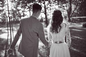 Brautpaar beim gemeinsamen Auszug nach der Eheschließung