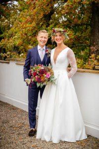 Wunderschönes Brautpaar mit tollem Blumenschmuck