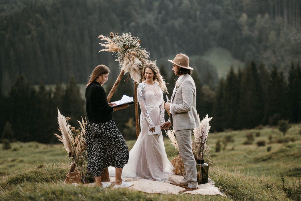 Traurede bei einer Elopement Hochzeit in den Alpen