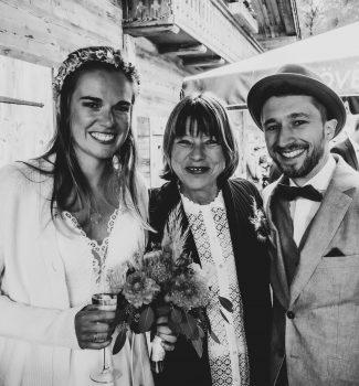 Strahlendes Hochzeitspaar mit Traurednerin Gaby Renner