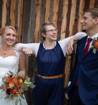 Glückliches Brautpaar mit Traurednerin Cathrein Unger von Strauß & Fliege