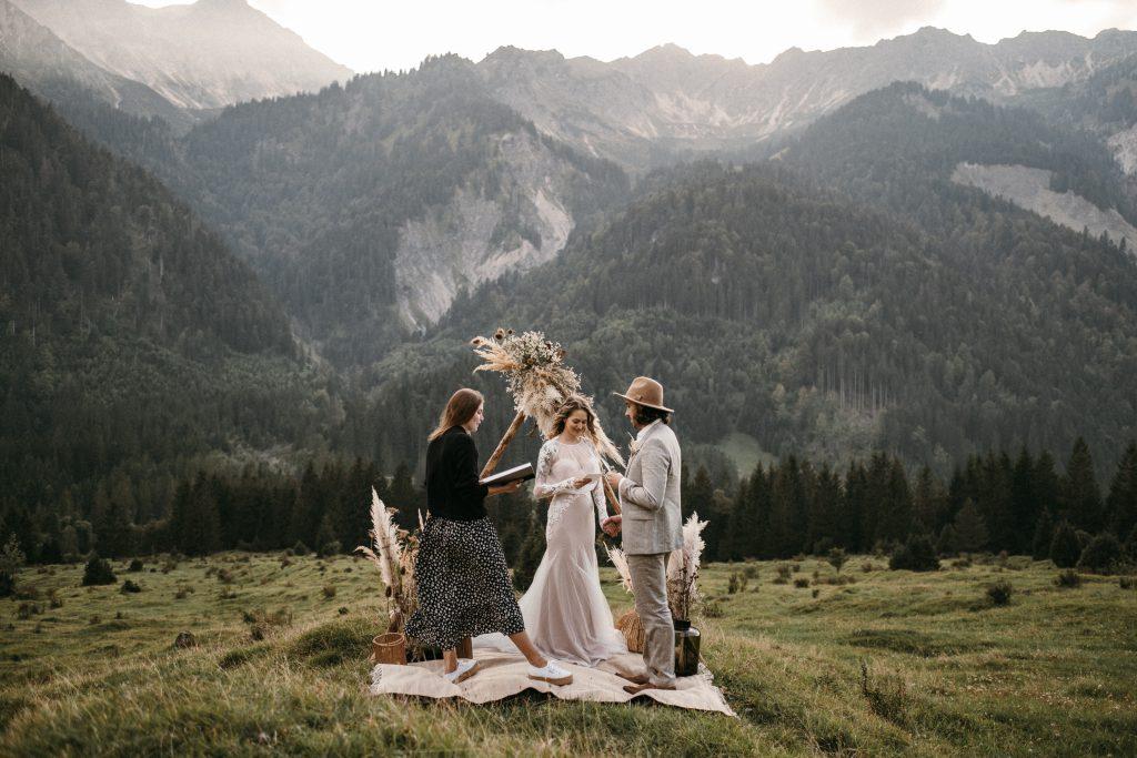 Intime freie Trauung in den Alpen mit Strauß & Fliege